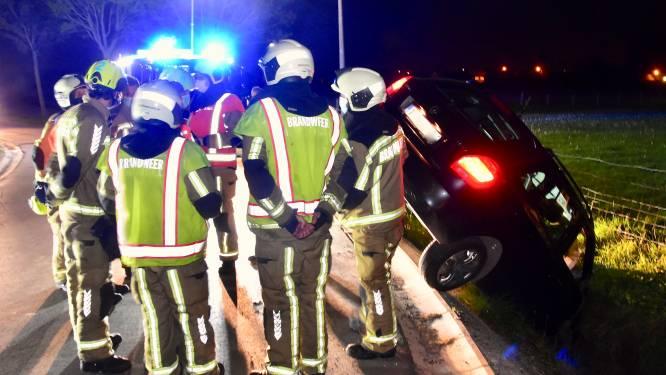 Brandweer redt oudere man die met auto in de sloot belandt