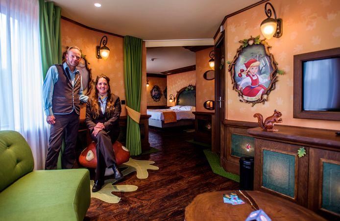Gastheer Bob Verhaaren, medewerker vanaf de opening 25 jaar geleden, en manager Christel Akkermans in de Sprookjesboom Suite van het Efteling Hotel.