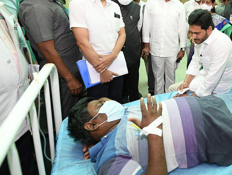 Staatshoofdminister Y.S. Jagan Mohan Reddy bezocht een overheidsziekenhuis en ontmoette daar zieke patiënten. Beeld EPA