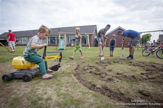Buurtbewoners druk met aanleg speeltuin aan Henri Dunantstraat in Den Ham.