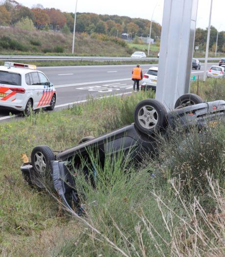 Bestuurster schrikt van auto met gebroken wiel op N261 bij Waalwijk en slaat over de kop