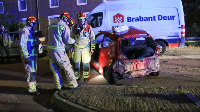 Aanrijding met meerdere auto's in Helmond, inzittende gewond