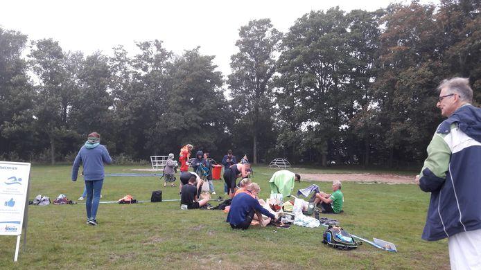 Buiten omkleden na het zwemmen om zo snel mogelijk aan het fietsparcours van 20 km te beginnen.