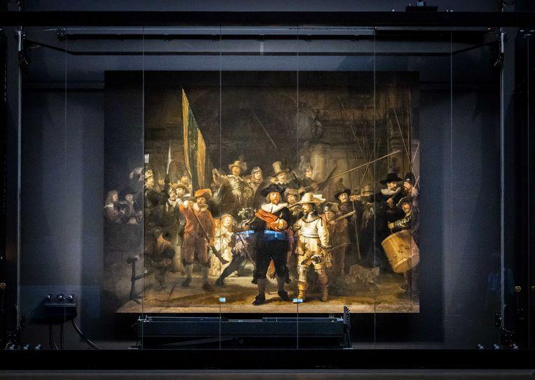 De gereconstrueerde panelen zijn in het Rijksmuseum aan de Nachtwacht gemonteerd. Beeld ANP