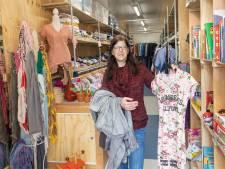 Esther (42) kan gratis shoppen in de kledingtruck van Stichting Jy in Vollenhove: 'Dit scheelt mij veel geld'