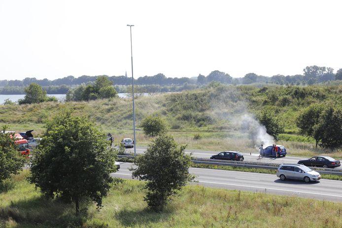 De brandende auto op de A73.