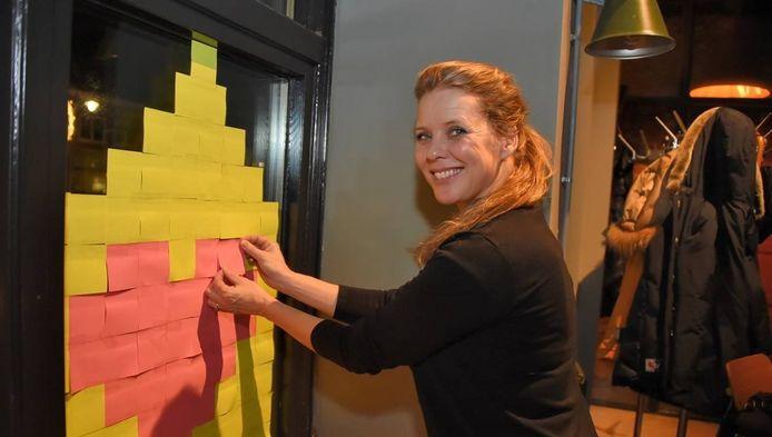 Babette van Veen plakt de eerste Hartenhuisjes in horecagelegenheid PK in Bilthoven.