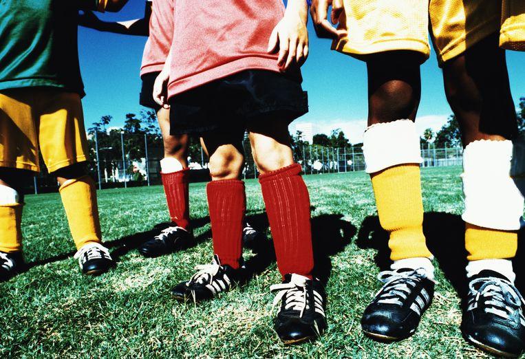 Voetballertjes op een veld: een beeld dat spelplezier oproept, maar in Engeland nu vooral doet denken aan kindermisbruik op grote schaal. Beeld Getty Images