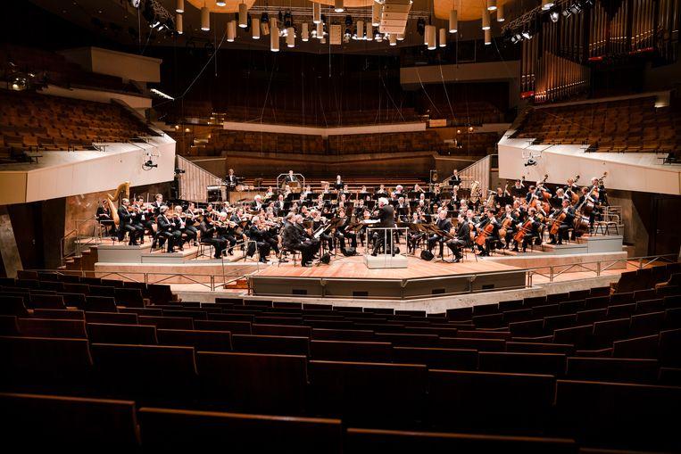 De uitvoeringen van de Berliner Philharmoniker zijn, nadat de deuren werden gesloten, via livestream te volgen.   Beeld AP