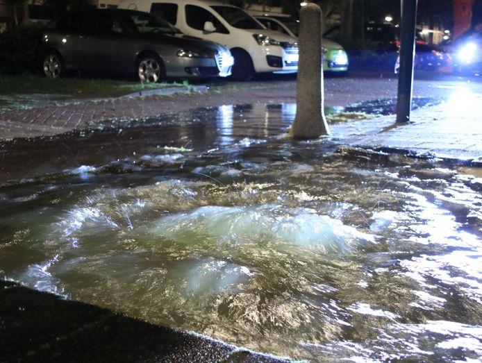Gat door waterleidingbreuk in Veenendaal