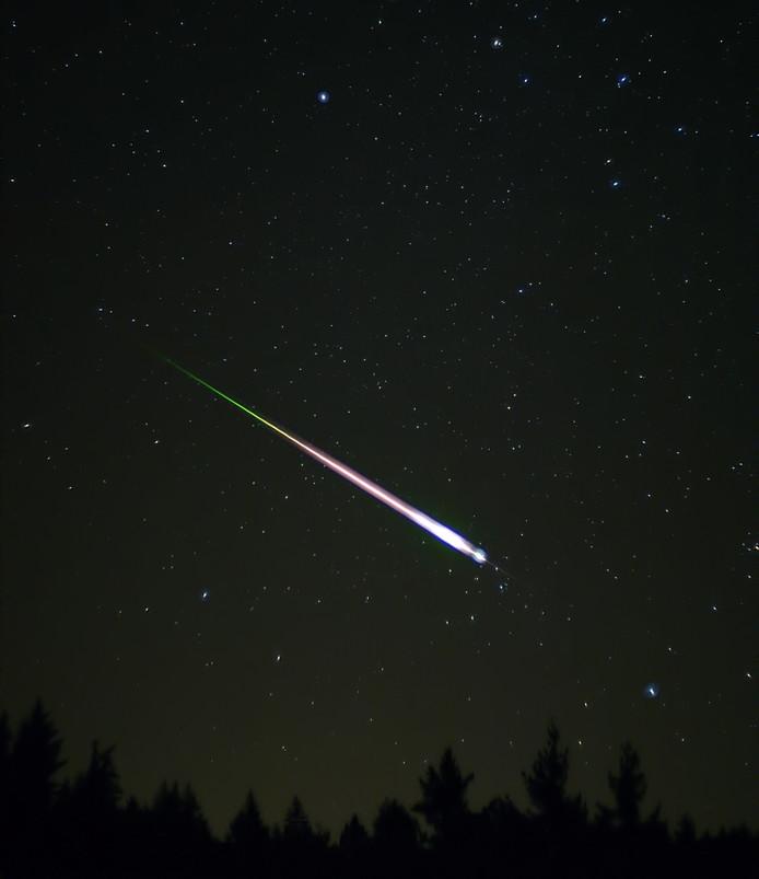Een opname van een zeer heldere meteoor tijdens de meteorenzwerm Leoniden in november 2009. De foto werd gemaakt door Ed Sweeney, Santa Cruz, USA.