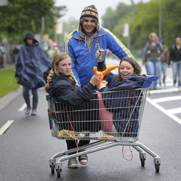 Festivalgangers trekken zondag gehuld in poncho's naar het  festivalterrein van Pinkpop. Beeld