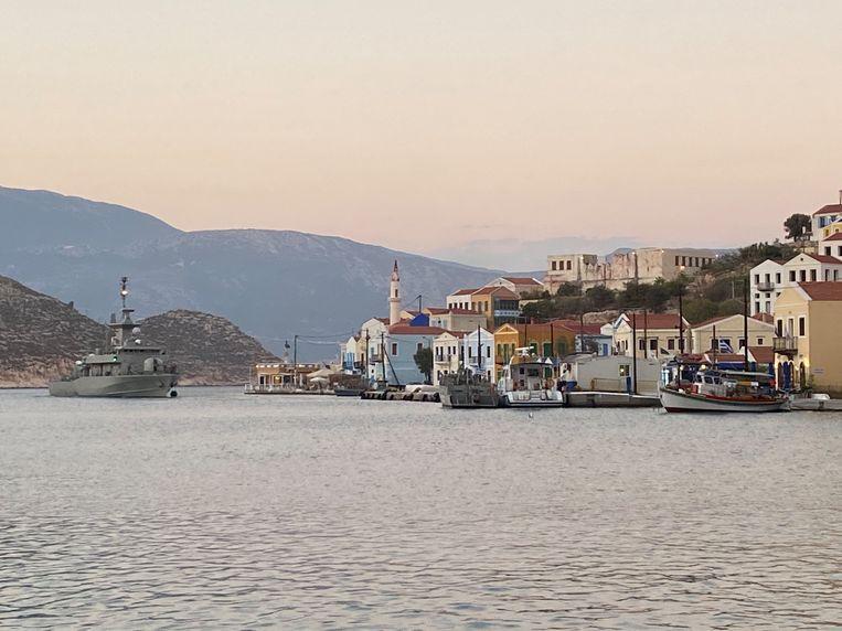 Een Grieks marineschip in de haven van Kastellorizo. Beeld Thijs Kettenis