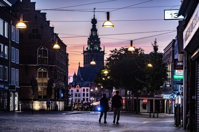 Schemering in het centrum van Nijmegen. Voor 20.00 uur moeten de lampen inmiddels alweer aan.