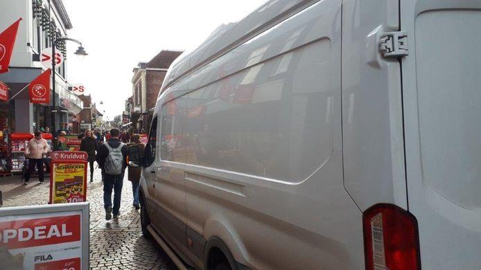 Pakketdiensten zijn hinderlijk voor winkelend publiek in Winterswijk, zo is de ervaring.
