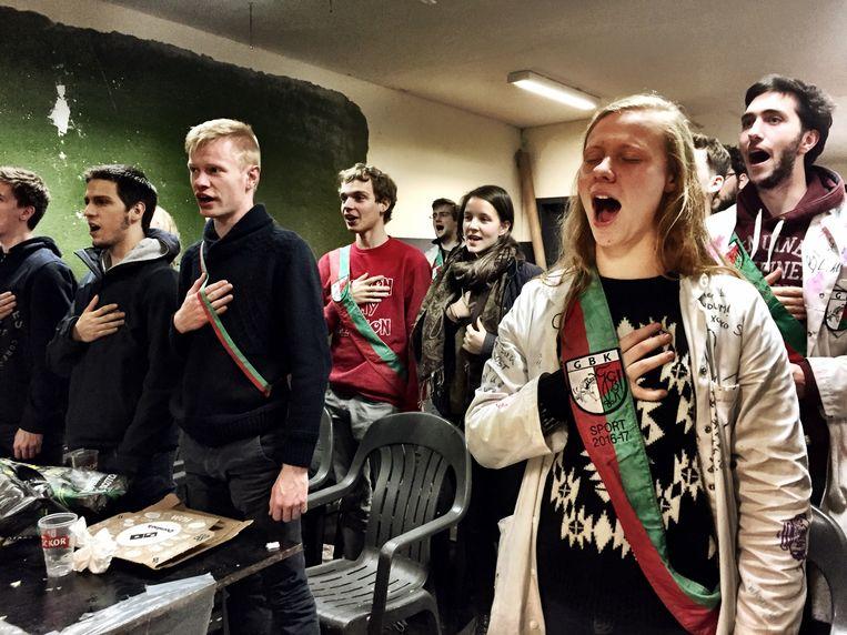 Een doop betekent uren smerigheid, maar op het einde wordt er gezongen, ook door het publiek. Beeld Tim F. Van der Mensbrugghe