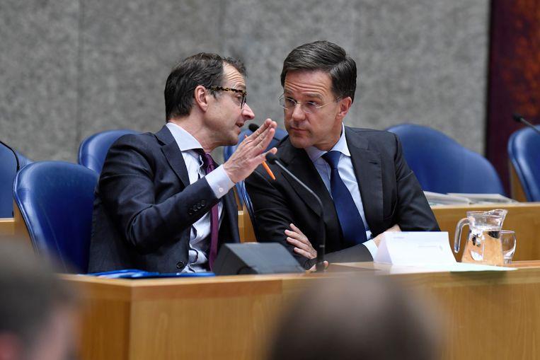 Den Haag - 25 april 2018. Mark Rutte (VVD) en Eric Wiebes (Minister van Economische Zaken) tijdens het debat over de dividendbelasting Beeld Hollandse Hoogte / Peter Hilz