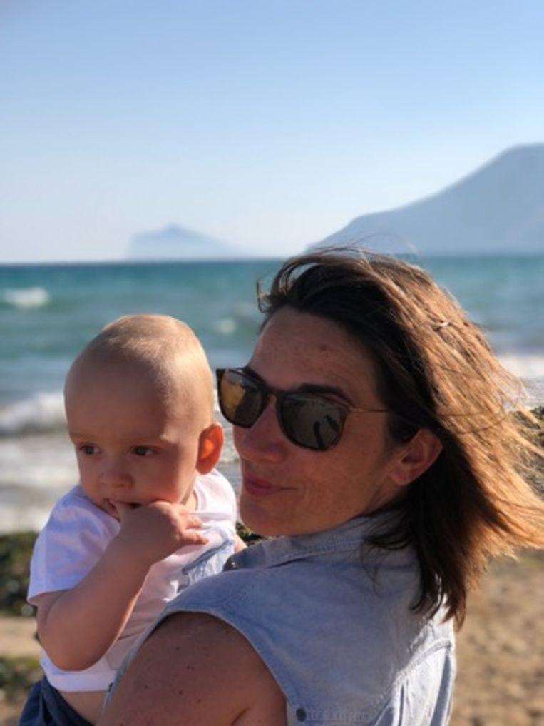 Karolien Debecker met haar zoon Samuel