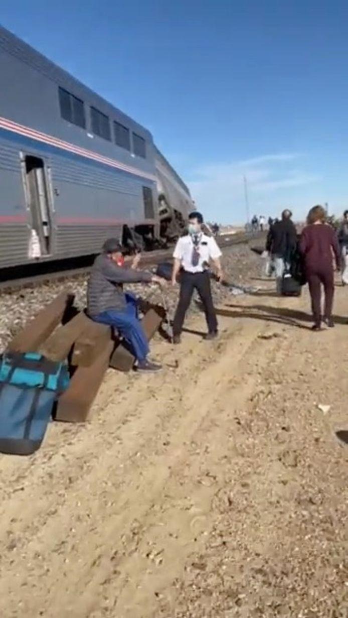Mensen lopen langs de ontspoorde trein in Montana.