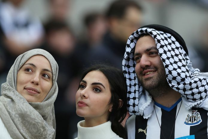 Een fan van Newcastle United in een kledingstijl die de mogelijk nieuwe eigenaren zal bevallen.