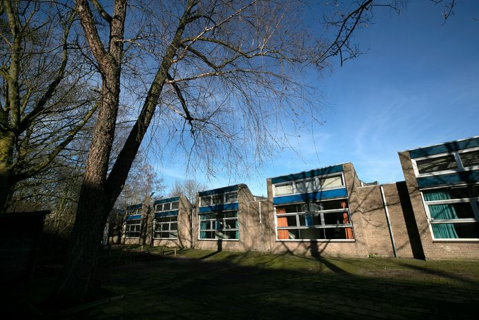 Eindhoven exterieur van oude internationale school aan de Humperdincklaan die tijdelijke bewoners krijgt. Ook gaan buurtbewoners er activiteiten organiseren