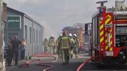 Autobanden vatten vuur door zelfontbranding: rookpluim kilometers ver te zien