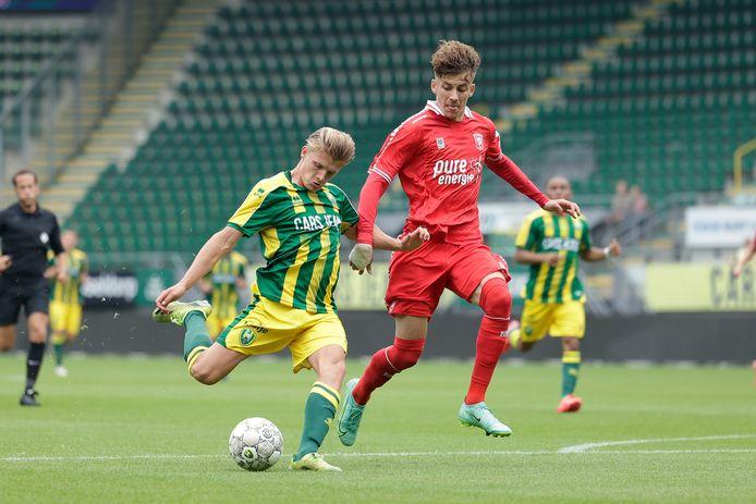 ADO-belofte Sem Steijn oefent alvast met uithalen tegen FC Twente.