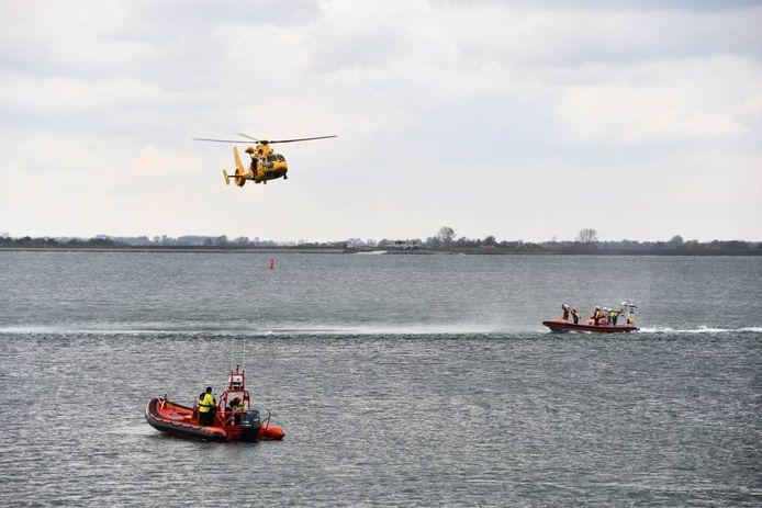 Op het water en vanuit de lucht werd gezocht naar de tweede drenkeling.