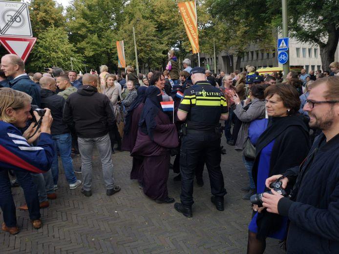 Activisten van Pegida trokken een nikab aan om te onderzoeken of de politie ze ook zou aanhouden tijdens Prinsjesdag.