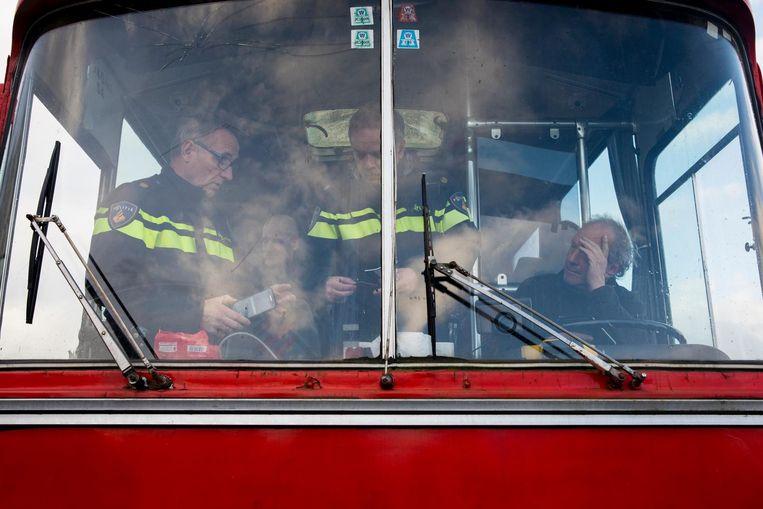 Twee bussen van de actiegroep Stop Blackface werden door tegendemonstranten tegengehouden op de A7 bij Joure. Beeld anp
