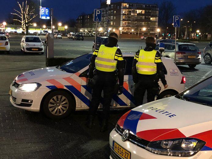 Politie controleert rondom Winkelcentrum Woensel.