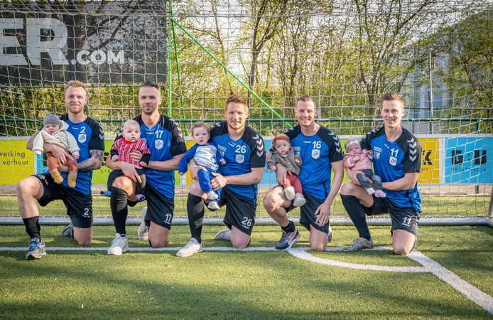 Vijf voetballers van Urk met hun jonge telgen (vlnr): Maarten Dijkhuizen met Duuk, Riekelt-Jan Brands met Jesse, William de Boer met Jack, Jan van Slooten met Nina en Riekelt Nentjes met Jamie.