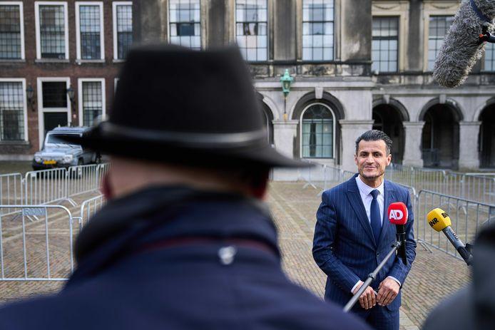 Farid Azarkan (Denk) bij het gebouw van de Tweede Kamer.