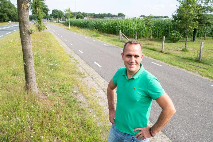 Eddy Schottert van het omwonendenoverleg AZC Hardenberg is de parallelweg langs de Jachthuisweg even opgelopen om achter het maisveld het hoogste punt van het azc te laten zien.