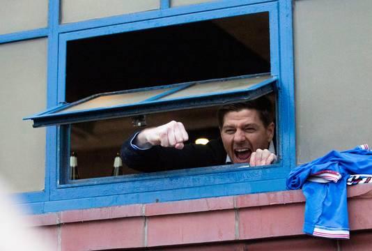 Steven Gerrard vierde gisteren al feest met de fans vanuit de kleedkamer op Ibrox.