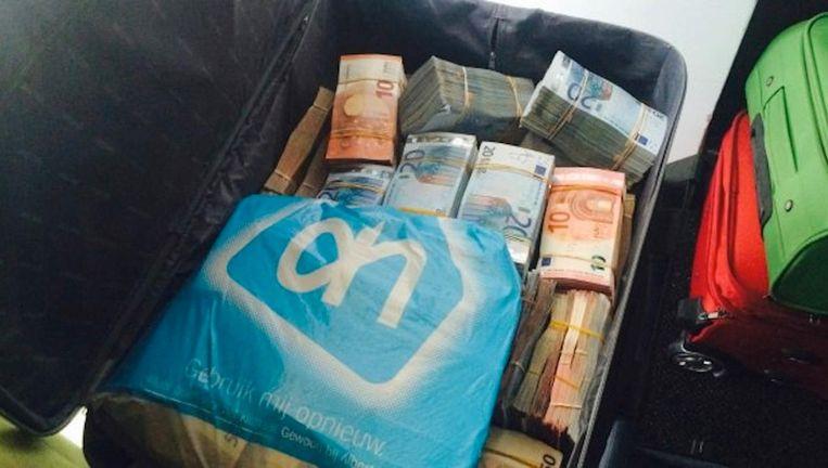 Deze tas met twee miljoen euro vond de politie in een hotel in Bos en Lommer. Tijdens onderzoek dat volgde, kwam Puck L. in beeld. Beeld Politie