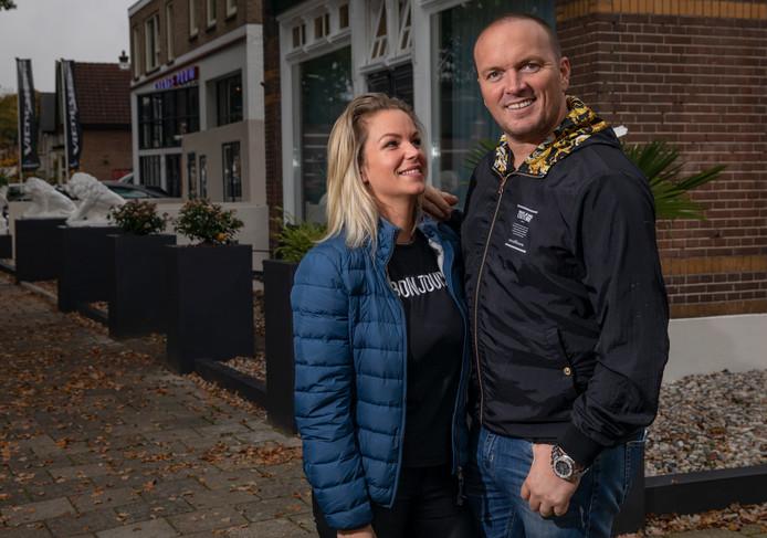 Frank van Etten en zijn Melanie voor hun verbouwde huis aan de Arnhemsestraat in Apeldoorn.