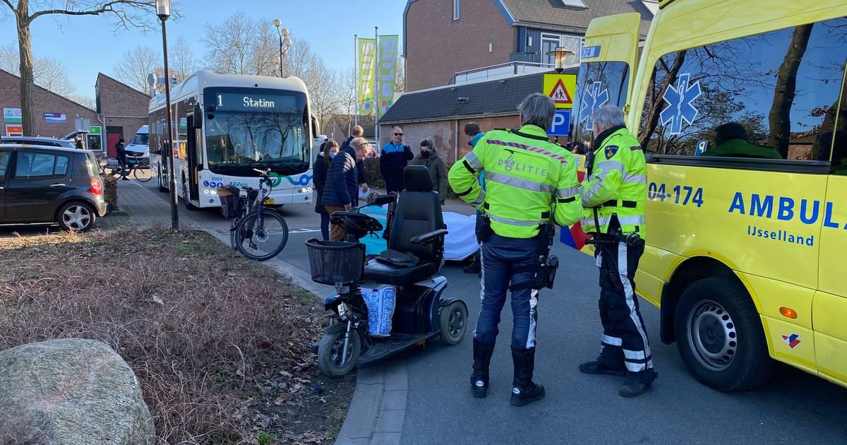 Vrouw in scootmobiel aangereden bij winkelcentrum Zwaluwenburg in Deventer.
