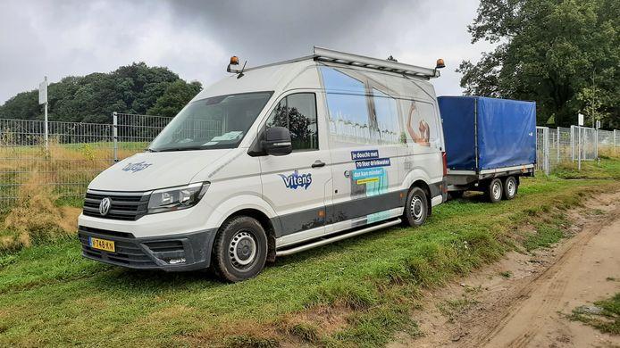 Deze auto van Vitens met flesjes water op de zijkant heeft woensdag uv-installaties naar Oldenzaal gebracht om het drinkwater van bacteriën te ontdoen.