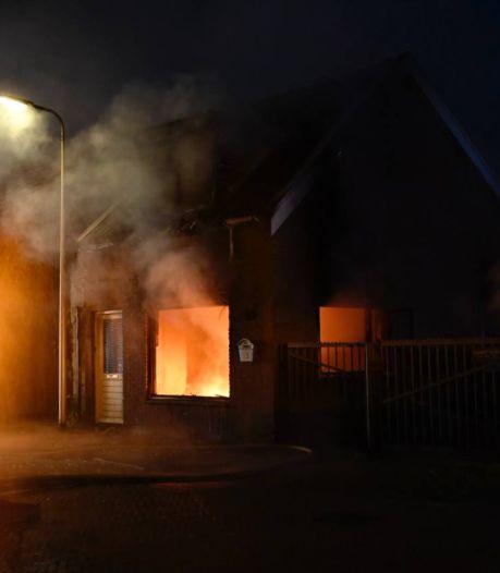 Vlammen slaan uit woning bij brand in Almelose woonwijk