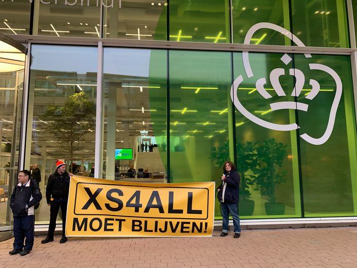Leden van het actiecomité 'XS4All moet blijven' demonstreerden op 30 januari voor de deur van KPN's hoofdkantoor. Dit omdat het telecombedrijf die dag zijn jaarcijfers over 2018 presenteerde.