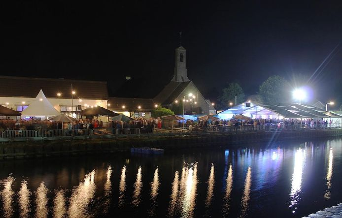 Overzichtsfoto van Plonz Festival 2017 aan het kanaal in Vriezenveen.