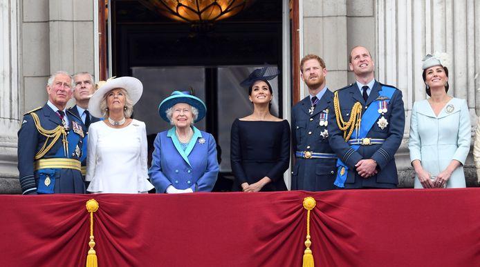 De koninklijke familie voordat het écht begon te stormen. Meghan (zwarte jurk) staat zelfs nog naast de koningin.