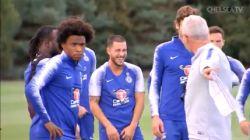 Een geniale frats en een héérlijke plaatsbal: lolbroek Eden Hazard steelt de show tijdens training Chelsea