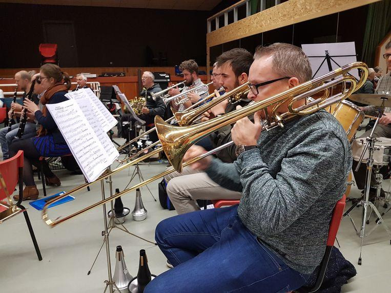 Een archiefbeeld van de harmonieën van Bornem die oefenden voor hun eindejaarsconcert.