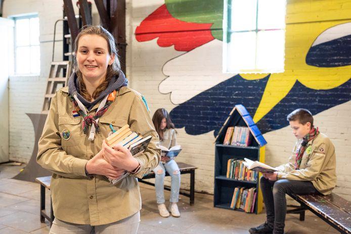 Emma de Waal is trots op haar scouts. Achter haar zitten Jamie-Lynn (links) en Bram, met een van de drie houten zwerfbibliotheken.
