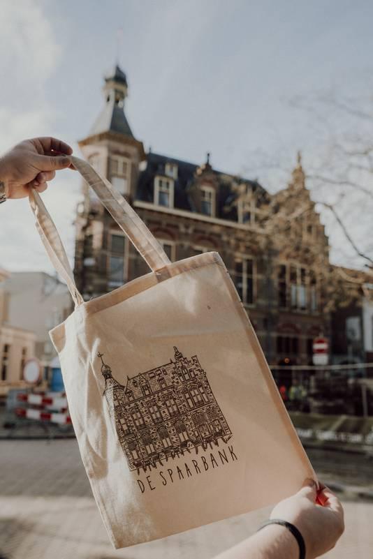 Café De Spaarbank in het echt en op een tas.