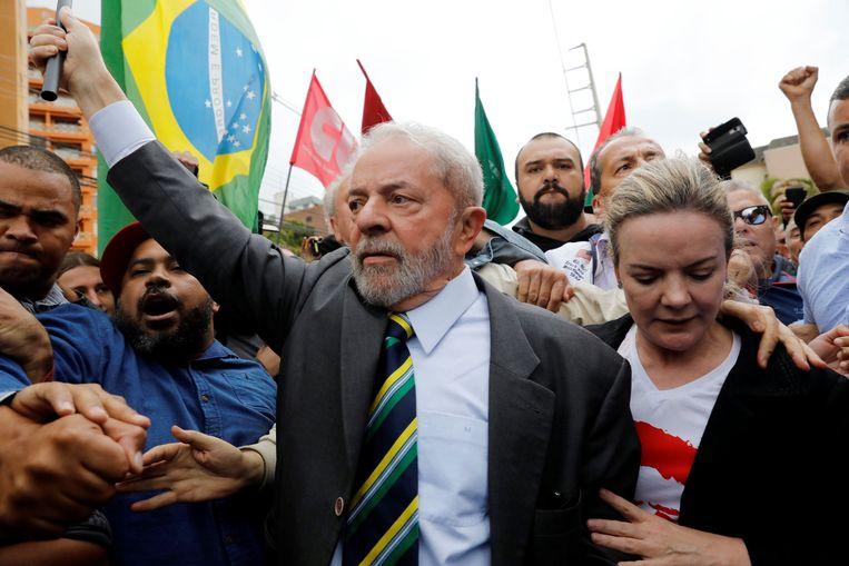 Voormalig Braziliaans president Luiz Inácio Lula da Silva baant zich een weg doorheen een uitzinnige menigte. Beeld REUTERS