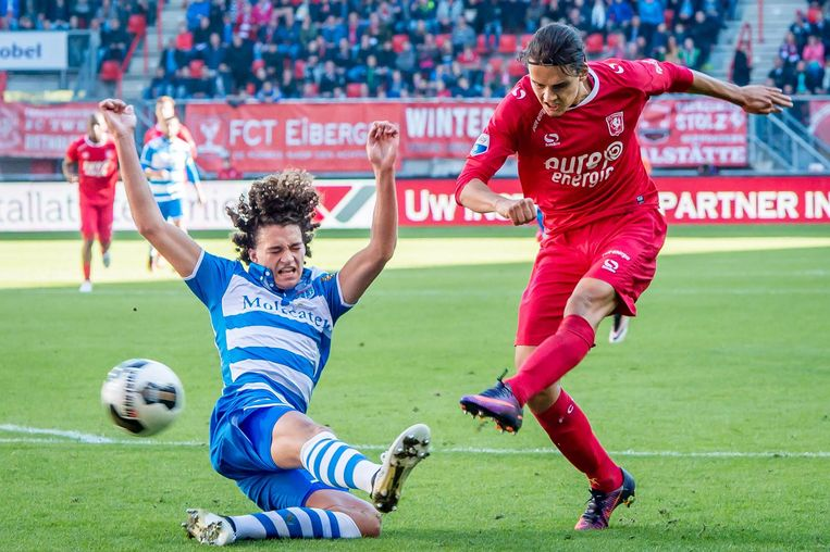 Enes Unal scoort de 2-1 voor FC Twente. Beeld ProShots