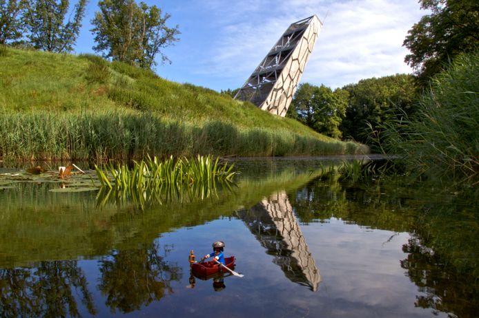 Leo Stoffelen uit Bergen op Zoom maakt graag foto's maken met een knipoog en zit bij Fotoclub Click'et. Vanaf de Mozesbrug bij Fort de Roovere zag hij dit prachtige beeld. Die knipoog is duidelijk op de voorgrond aanwezig.
